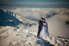 Zdjecia slubne w gorach zima kasprowy wierch w chmurach zakopane tatry